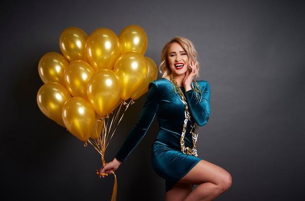 Glückliche frau mit luftballons in studioaufnahme