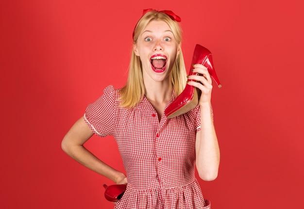 Glückliche frau mit roten schuhen. das einkaufen. werbung. rabatt und verkauf. schönheit und mode.