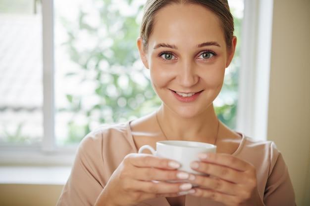 Glückliche frau mit teetasse