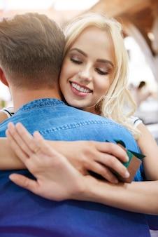 Glückliche frau mit verlobungsring