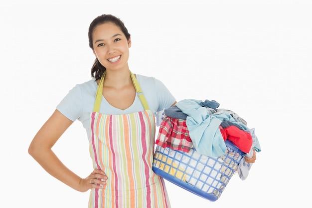 Glückliche frau mit wäschekorb