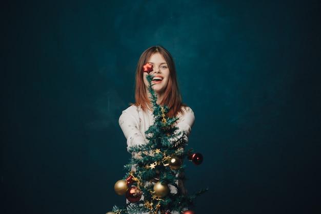Glückliche frau mit weihnachtsbaum