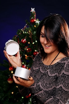 Glückliche frau mit weihnachtsgeschenk