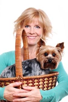 Glückliche frau mittleren alters ang ihren yorkshire terrier