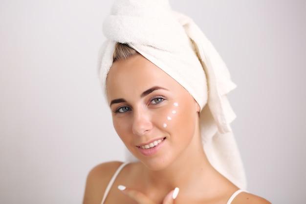 Glückliche frau nach dem bad mit sauberer perfekter haut.