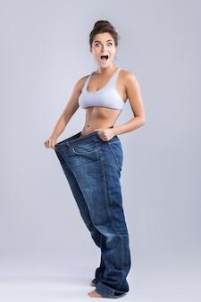 Glückliche frau nach gewichtsverlust