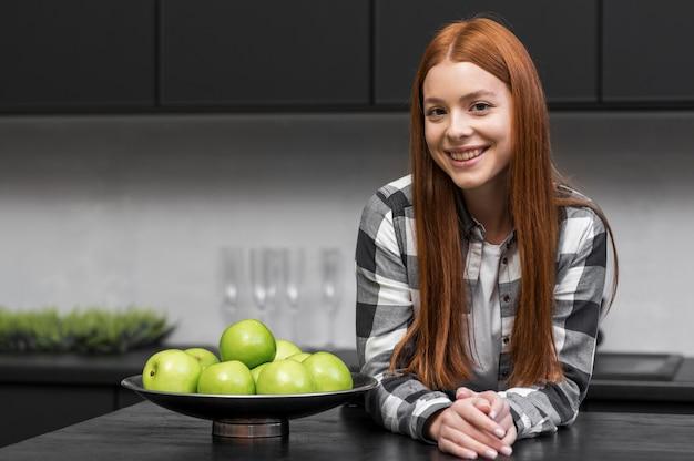 Glückliche frau posiert in der küche