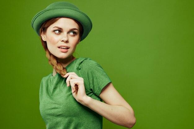 Glückliche frau st patricks tag grün t-shirt hut kleeblatt urlaub spaß.