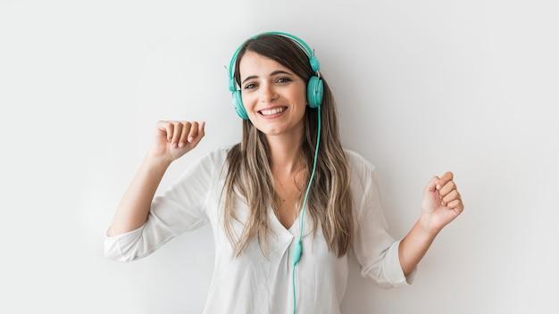 Glückliche frau tanzt mit kopfhörern