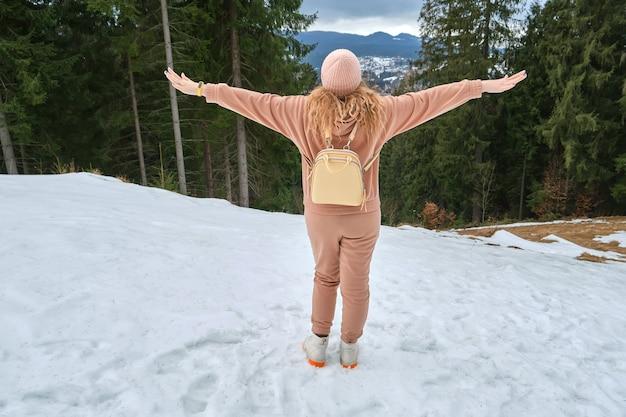 Glückliche frau touristin mit rucksack in den bergen im urlaub in einer reise