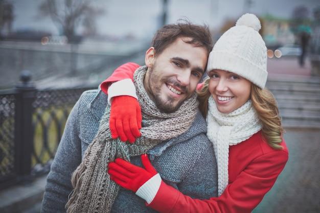Glückliche frau umarmt ihren geliebten