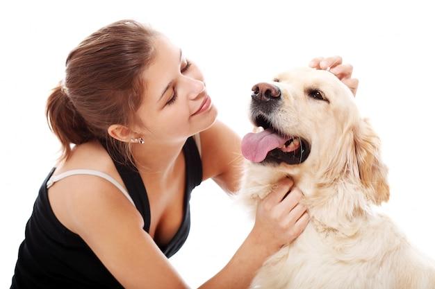Glückliche frau und ihr schöner hund