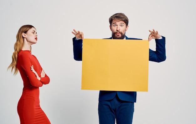 Glückliche frau und mann mit gelbem blatt papier