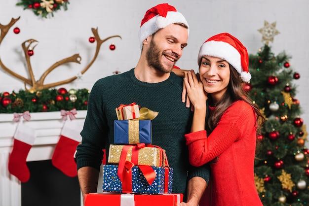 Glückliche frau und mann mit vielen geschenken