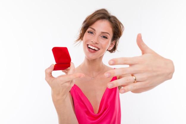 Glückliche frau zeigt einen ring