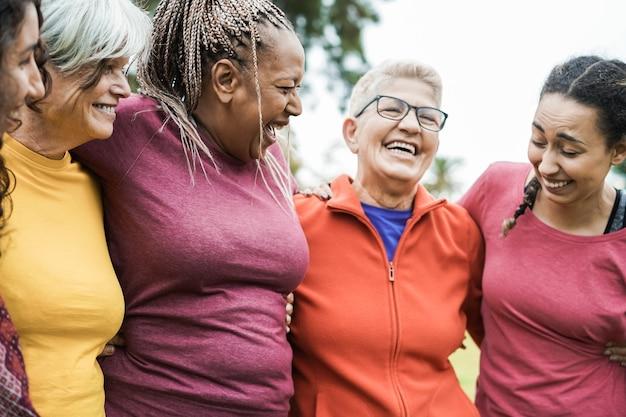 Glückliche frauen der mehreren generationen, die spaß zusammen nach sporttraining im freien haben