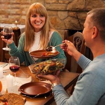 Glückliche frauen, die zusammen essen