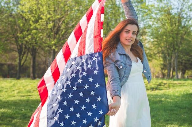 Glückliche frauen mit amerikanischer flagge usa feiern 4. juli