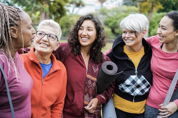 Glückliche frauen mit mehreren generationen, die spaß zusammen nach sporttraining im freien haben