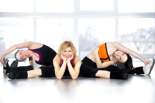Glückliche frauen zeigen ihre flexibilität