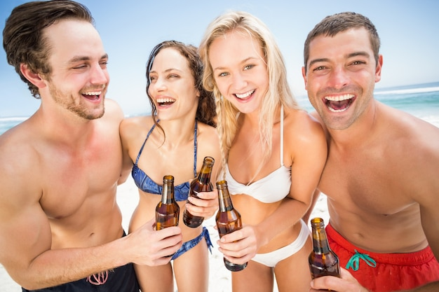 Glückliche freunde am strand genießen