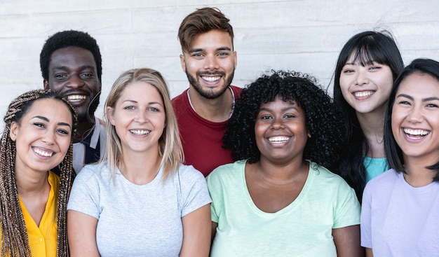Glückliche freunde aus verschiedenen rassen und kulturen lachen