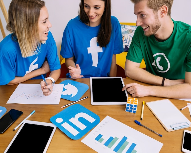 Glückliche freunde, die auf den social media-anwendungen sich besprechen