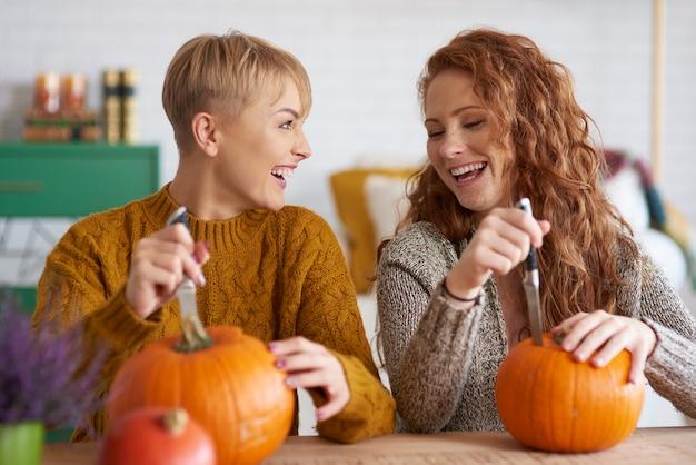 Glückliche freunde, die dekorationen für halloween vorbereiten