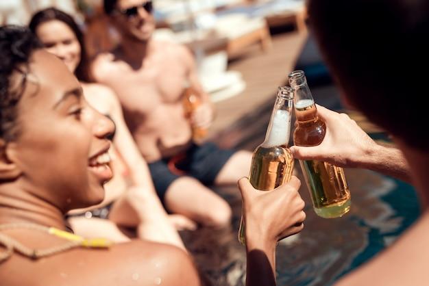 Glückliche freunde, die pool-party auf sommerferien enoying sind