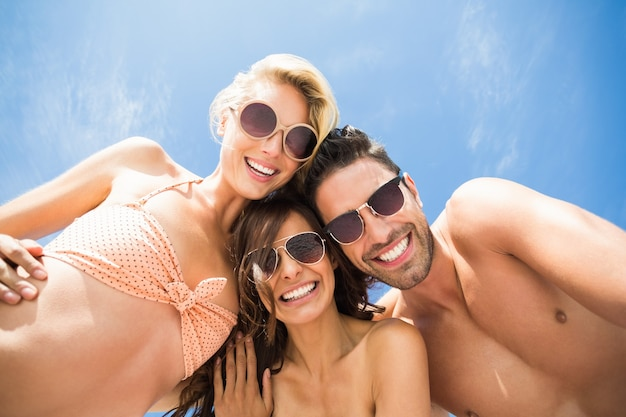 Glückliche freunde, die spaß am strand haben