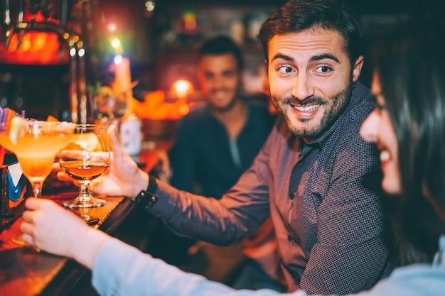 Glückliche freunde, die spaß an der cocktailbar haben