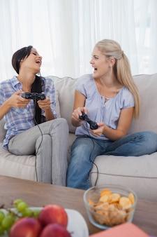 Glückliche freunde, die videospiele spielen