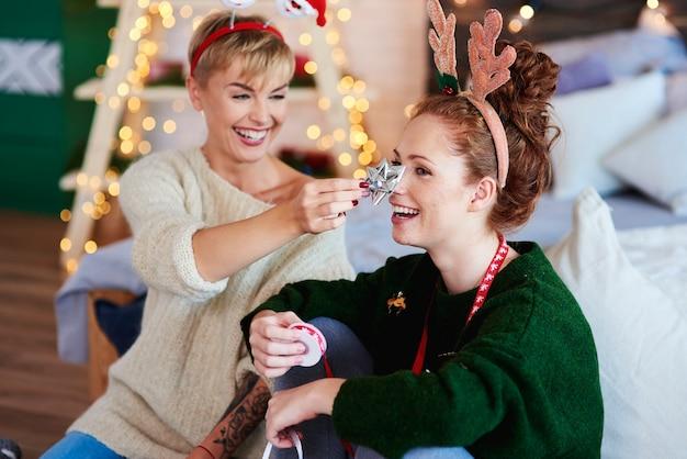 Glückliche freunde, die weihnachtsgeschenke für weihnachten vorbereiten