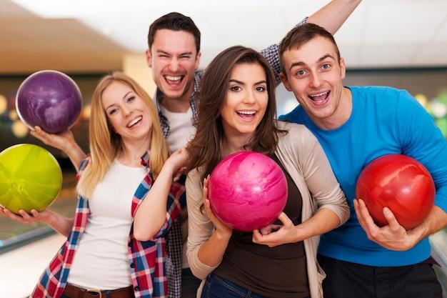 Glückliche freunde, die zusammen bowlen