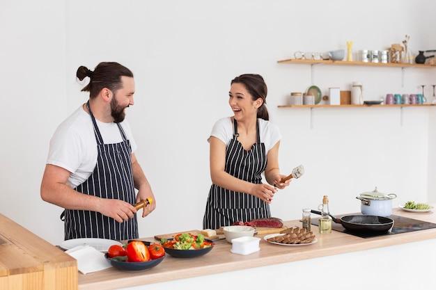 Glückliche freunde, die zusammen kochen