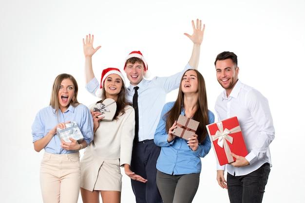 Glückliche freunde feiern weihnachten und neujahr