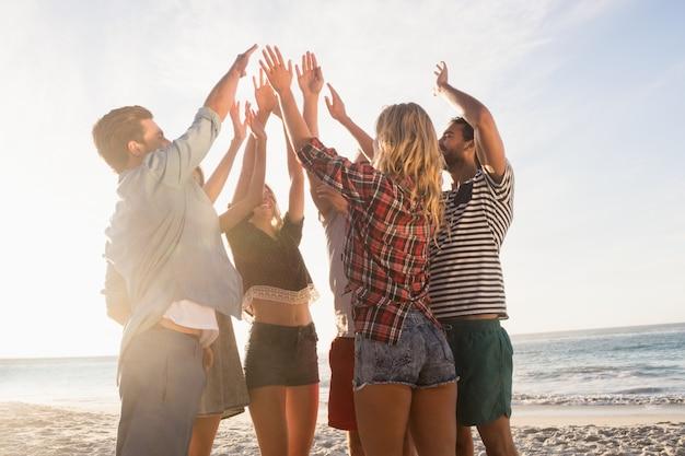 Glückliche freunde geben high five