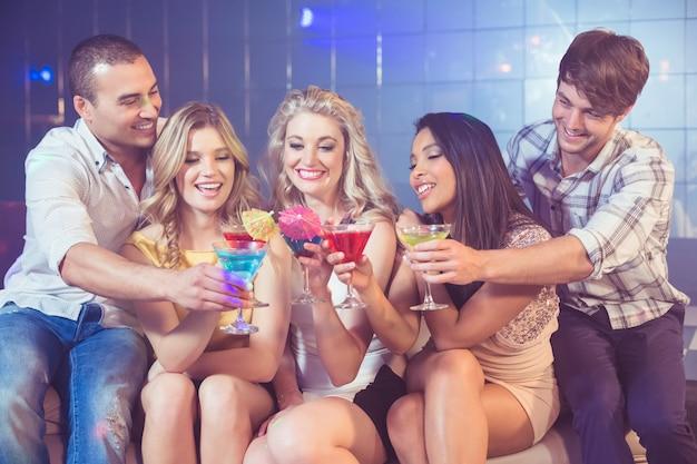 Glückliche freunde mit cocktails