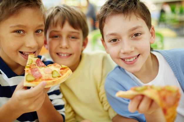 Glückliche freunde pizza essen
