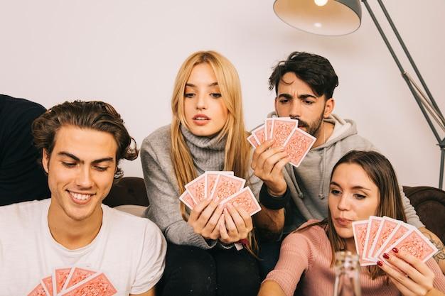 Glückliche freunde spielkarten spiel