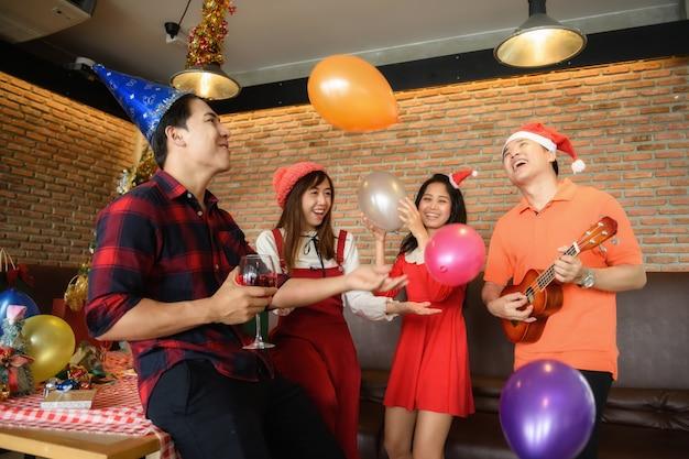 Glückliche freunde unterzeichnen lied. weihnachtsfeier