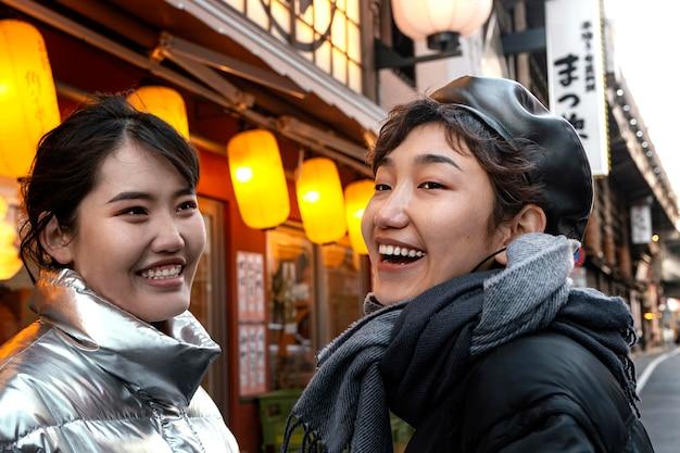 Glückliche freunde verbringen zeit zusammen draußen