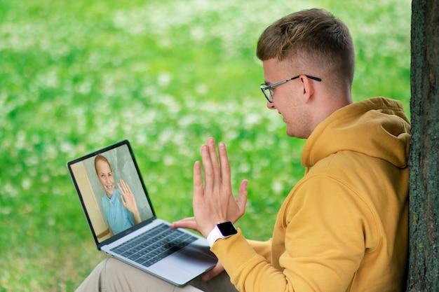 Glückliche freunde, verliebtes paar, das unter videoanruf unter verwendung der webkamera auf laptop spricht. virtuelles liebeskonzept. online-job, unterricht, studium, bildung, dating. mädchen, das videoanruf mit kerl macht, lächelnd