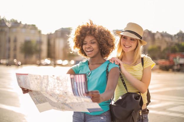 Glückliche freundinnen auf einer stadtrundfahrt