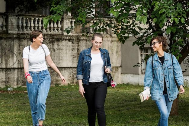 Glückliche freundinnen, die in park gehen