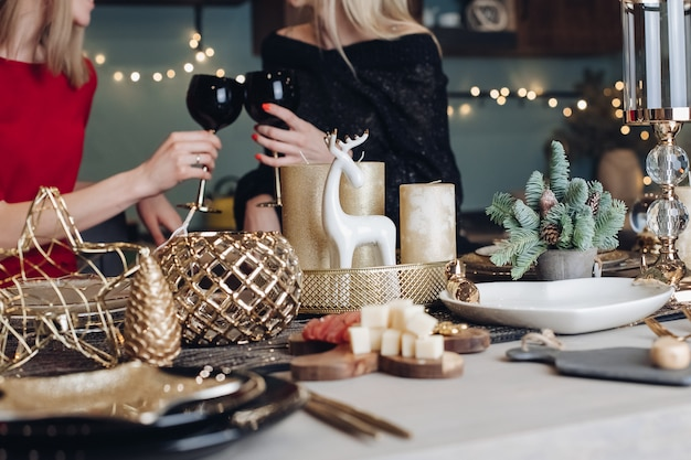 Glückliche freundinnen, die weihnachts- oder sylvesterabendparty feiern