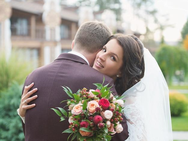Glückliche fröhliche braut mit bräutigam