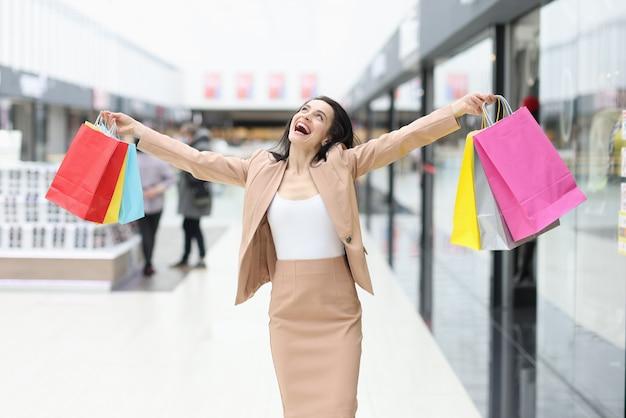 Glückliche fröhliche frau mit einkäufen in der mall-nahaufnahme