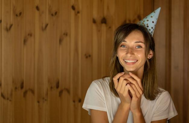 Glückliche fröhliche junge frau, die an ihrem geburtstag lächelt
