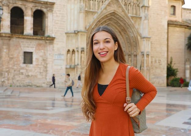 Glückliche fröhliche touristenfrau in valencia mit gotischer kathedrale